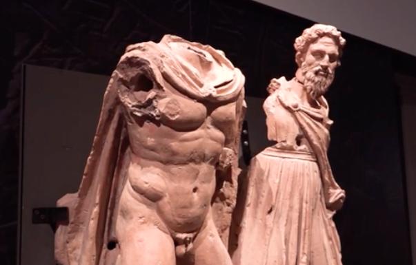 Apertura de las cajas de la exposición «Etruscos» y comienza la fase de montaje