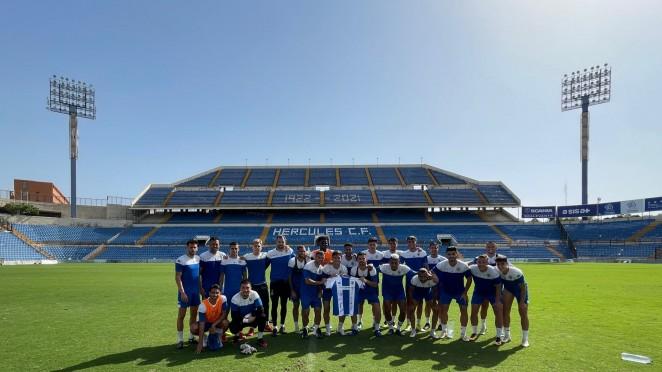 El Hércules CF dona una camiseta firmada por toda la plantilla para recaudar fondos en una obra social