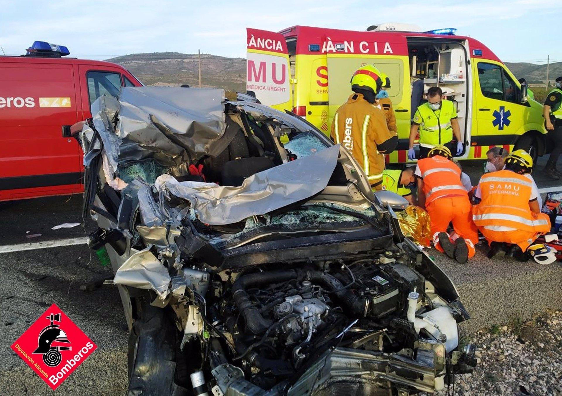 Un accidente entre varios vehículos y un camión deja un herido grave en Villena