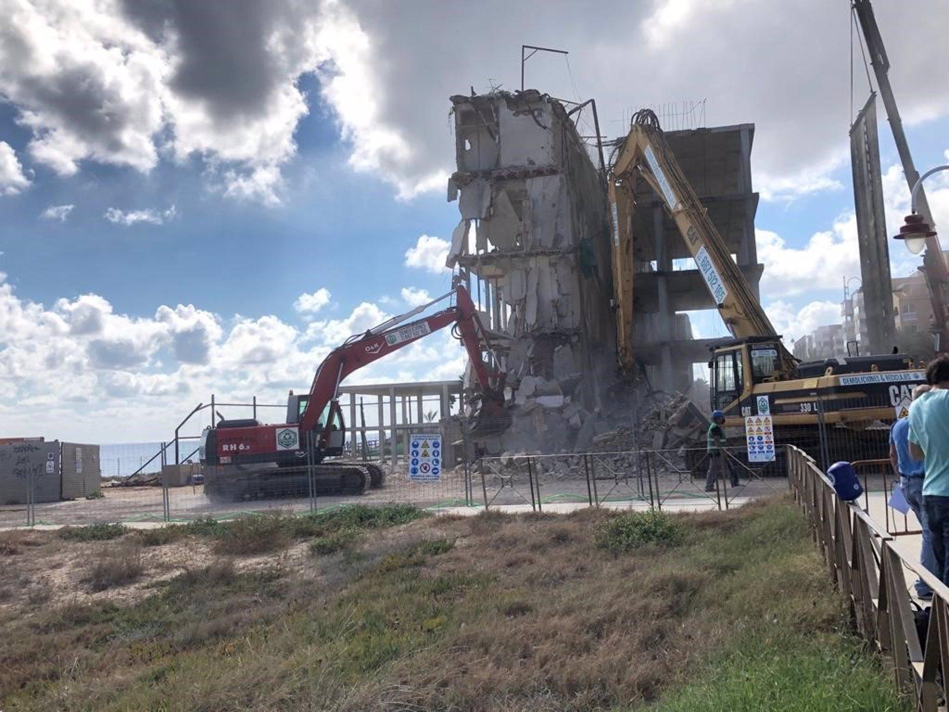Comienzan los trabajos de demolición del Hotel Arenales del Sol en Elche