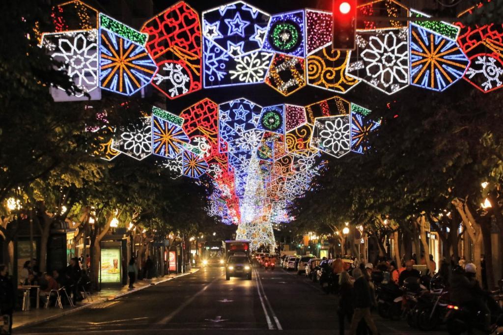 El ayuntamiento comienza a instalar la iluminación de navidad con 870 arcos y guirnaldas