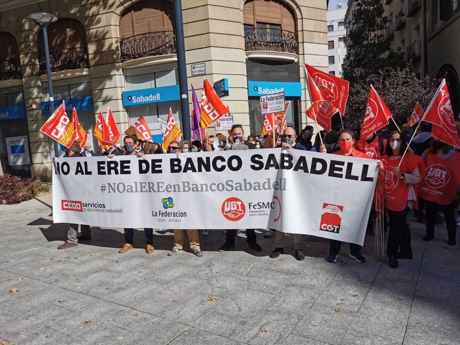 Sabadell cifra en un 55% el cierre de oficinas por la huelga, mientras los sindicatos lo elevan al 85%