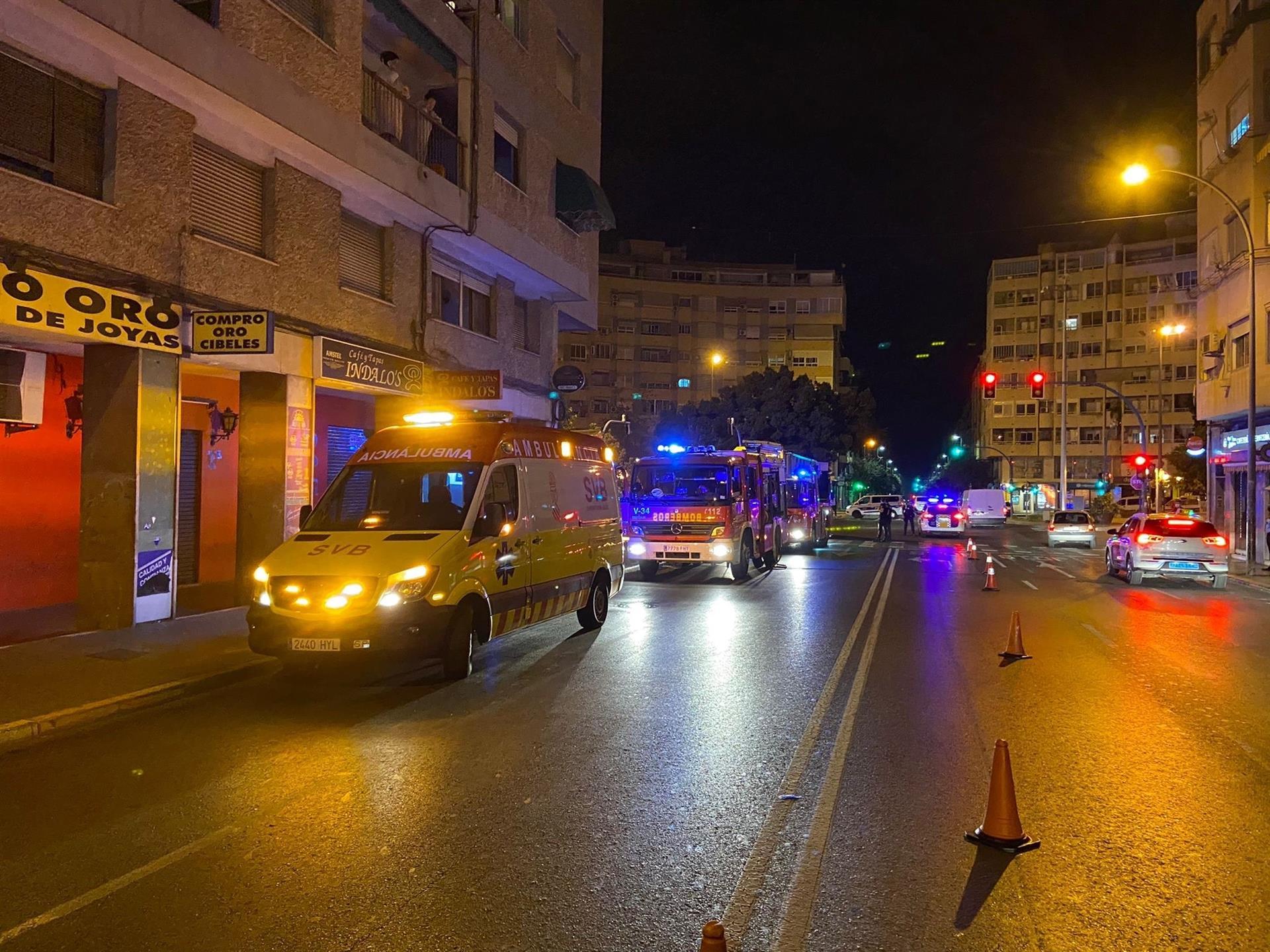 Asistidas cuatro personas y un bombero en un incendio de vivienda en Alicante